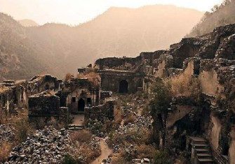 http://www.indiatvnews.com/lifestyle/news/bhangarh-fort-haunted-palaces-in-india-606.html