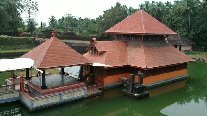 Photo Credithttps://upload.wikimedia.org/wikipedia/commons/2/21/Lord_Padhmanabha_Lake_Temple_Kasargod_Kerala.jpg
