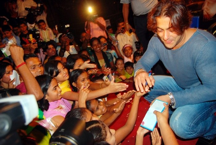 Photo Credit http://www.images99.com/bollywood/bollywood-male/sallu-giving-autographs-to-the-childrens/