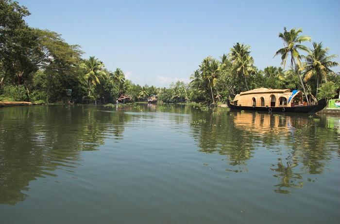 Photo Credit https://en.wikipedia.org/wiki/Kerala_backwaters