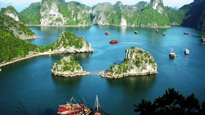 Photo credits http://pompei-hotels.com/photos-vietnam-halong-bay-tourism-travel-place/vietnam-halong-bay-rock-formation/