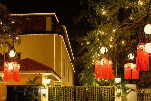 Photo Credit http://wonderfulmumbai.com/wp-content/uploads/2013/01/Amitabh_Bachchan_Diwali_at_Jalsa_2.jpg