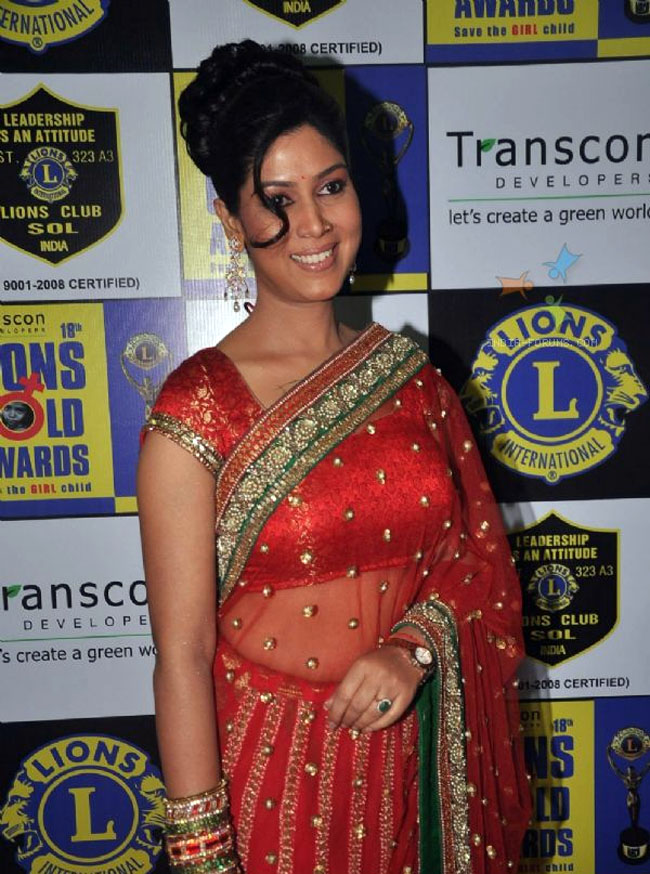 Photo Credit: http://www.fashioncentral.in/people-parties/celebrity-birthdays/happy-birthday-sakshi-tanwar/