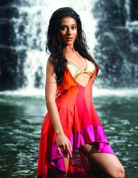 Photo Credit: http://grilovogal.blogspot.in/2006/03/amrita-rao.html